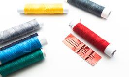 Spolarna med den färgrika tråden köar royaltyfri fotografi