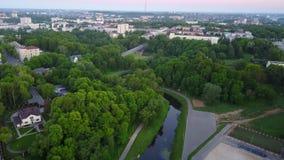 Vitbarivier in de stad van Vitebsk dam stock video