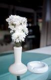 Vitblommavasen dekorerar bordlägger på Fotografering för Bildbyråer