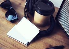 Vitbok för kort för Closeupbuntaffär Wood skrivbordbakgrund för tom modell Ta den bort kaffekoppen Coworking modernt fotografering för bildbyråer