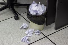 Vitbok klumpa ihop sig in i avfall i arbetskontor royaltyfri fotografi