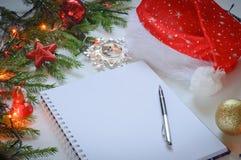 Vitbok med en penna på en julbakgrund Arkivbilder