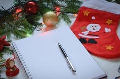 Vitbok med en penna på en julbakgrund Royaltyfria Foton