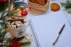 Vitbok med en penna på en julbakgrund Royaltyfria Bilder