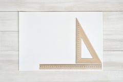 Vitbok med triangeln och den enkla cmlinjalen Arkivbilder