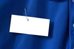 Vitboketikett eller etikett på den blåa skjortan Royaltyfria Bilder