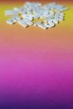 Vitbokstäver på färgrik papp Royaltyfri Foto