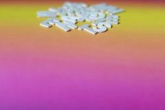 Vitbokstäver på färgrik papp Arkivfoton