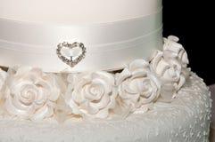 Nära övre för vitbröllopstårta royaltyfria bilder