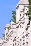 Vitbyggnad under blåttskyen Arkivfoton