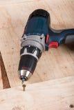 Vite di metallo avvitata in un bordo di legno con il trapano di accu Fotografie Stock Libere da Diritti
