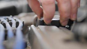 Vite nel cappuccio dell'olio del motore di automobile archivi video