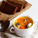 Vite, recette facile et délicieuse de soupe à poissons Soupe faite maison à poissons avec des pommes de terre et des carottes dan Photo libre de droits