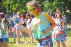 Vitebsk, Belarus - 4 juillet 2015 : Plan rapproché heureux de visage de femme au festival de couleur de Holi Photographie stock libre de droits