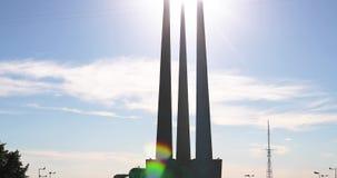 Vitebsk, Bielorrússia Baionetas do monumento três do memorial dos libertadores perto de Victory Park Monumento aos heróis que mor filme