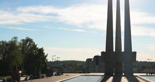 Vitebsk, Bielorrússia Baionetas do monumento três do memorial dos libertadores perto de Victory Park Monumento aos heróis que mor video estoque