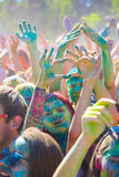 Vitebsk, Bielorrússia - 4 de julho de 2015: Povos que fazem corações da mão no festival da cor de Holi Imagens de Stock