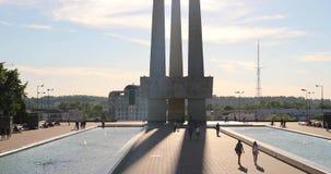 Vitebsk, Bielorrússia ` Principal das baionetas do ` três do monumento do memorial dos libertadores perto de Victory Park Monumen vídeos de arquivo