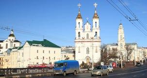 Vitebsk, Bielorrússia Tráfego na rua e nos marcos de Lenina na igreja do fundo da ressurreição de Cristo no video estoque