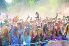 Vitebsk, Bielorussia - 4 luglio 2015: Colore di lancio al festival di colore di Holi Immagini Stock
