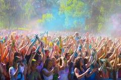 Vitebsk, Bielorussia - 4 luglio 2015: Colore di lancio al festival di colore di Holi Immagine Stock Libera da Diritti