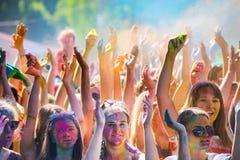 Vitebsk, Bielorussia - 4 luglio 2015: Colore di lancio al festival di colore di Holi Fotografia Stock Libera da Diritti