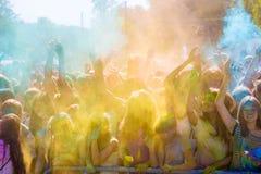 Vitebsk, Bielorussia - 4 luglio 2015: Colore di lancio al festival di colore di Holi Immagine Stock