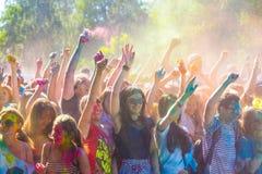 Vitebsk, Bielorussia - 4 luglio 2015: Colore di lancio al festival di colore di Holi Fotografie Stock