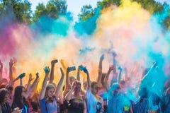 Vitebsk, Bielorussia - 4 luglio 2015: Colore di lancio al festival di colore di Holi Immagini Stock Libere da Diritti