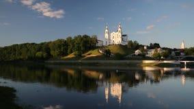 Vitebsk, Bielorussia Ponte di Kirowski attraverso il fiume di Dvina, teatro accademico nazionale nominato dopo le cole di Yakub,  archivi video