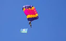 Vitebsk Vitryssland - Augusti 2, 2015: fallskärmsjägare under berömmen av dagen för fallskärmsjägare VDV på 2 Augusti 2015 i Vite Royaltyfri Bild