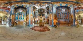 VITEBSK VITRYSSLAND - OKTOBER, 2018: Full sömlös för vinkelgrader för panorama 360 sikt inom inre av den enorma ortodoxa kyrkan m fotografering för bildbyråer