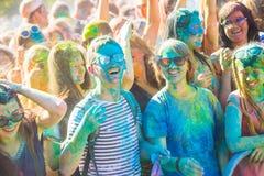 Vitebsk, Weißrussland - 4. Juli 2015: Glückliche Menschen am Holi-Farbfestival Stockbild