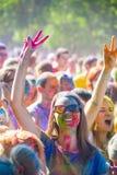 Vitebsk, Weißrussland - 4. Juli 2015: Glückliche Menschen am Holi-Farbfestival Lizenzfreie Stockfotografie