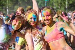 Vitebsk, Weißrussland - 4. Juli 2015: Glückliche Menschen am Holi-Farbfestival Lizenzfreie Stockbilder