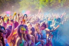 Vitebsk, Weißrussland - 4. Juli 2015: Werfende Farbe am Holi-Farbfestival Lizenzfreies Stockbild