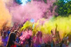 Vitebsk, Weißrussland - 4. Juli 2015: Werfende Farbe am Holi-Farbfestival Stockbilder