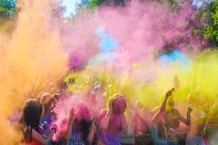 Vitebsk, Weißrussland - 4. Juli 2015: Werfende Farbe am Holi-Farbfestival Stockfoto