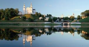 Vitebsk, Wit-Rusland De kerk van de veronderstellingskathedraal, stadhuis, kerk van Verrijzenis van Christus en Dvina-Rivier in d stock video