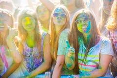 Vitebsk, Wit-Rusland - Juli 4, 2015: De gelukkige mensen in Holi kleuren festival Stock Fotografie