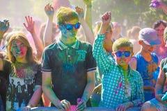 Vitebsk, Wit-Rusland - Juli 4, 2015: De gelukkige mensen in Holi kleuren festival Royalty-vrije Stock Foto