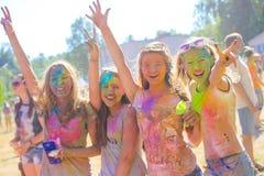 Vitebsk, Wit-Rusland - Juli 4, 2015: De gelukkige mensen in Holi kleuren festival Stock Foto's
