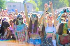 Vitebsk, Wit-Rusland - Juli 4, 2015: De gelukkige mensen in Holi kleuren festival Royalty-vrije Stock Afbeeldingen