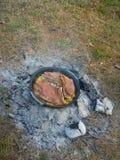 Vitela cozida ao ar livre com batatas Fotografia de Stock