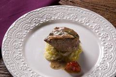Vitelli di Saltimbocca in salsa e pasta napoletane ricche di tagliatelle immagini stock
