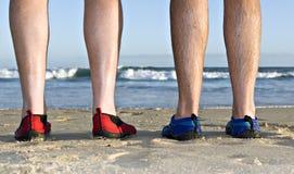 Vitelli e piedi sulla spiaggia Fotografie Stock