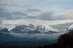 Viten av snön på bergen i Alpago, Belluno, montering Schiara Royaltyfri Bild