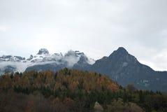 Viten av snön på bergen i Alpago, Belluno, montering Schiara Royaltyfri Fotografi