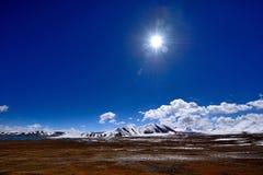 Viten för blå himmel fördunklar det tibetana snöberget royaltyfria foton