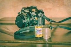 Viterbe Italie 16/03/2018 vieil appareil-photo analogue de canon avec des bandes des négatifs Photo stock